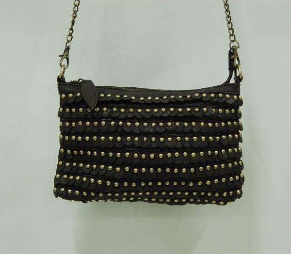Bolso negro de piel con tachas doradas