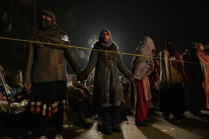 Islamabad, Pakistan  Una sostenitrice del leader politico Tahir-ul Qadri durante il suo turno di guardia per proteggere le donne che dormono durante le manifestazioni. Da lunedì 14 gennaio decine di migliaia di persone hanno raggiunto Islamabad dopo due giorni di marcia per denunciare la corruzione nel governo e chiedere lo scioglimento di tutti i parlamenti, sia quello nazionale che quelli provinciali (ASIF HASSAN/AFP/Getty Images)