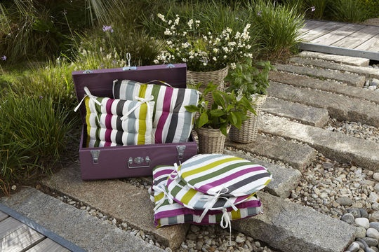 Lovely outdoor cushions by La Redoute   More photos http://petitlien.fr/nouveauteslaredoute