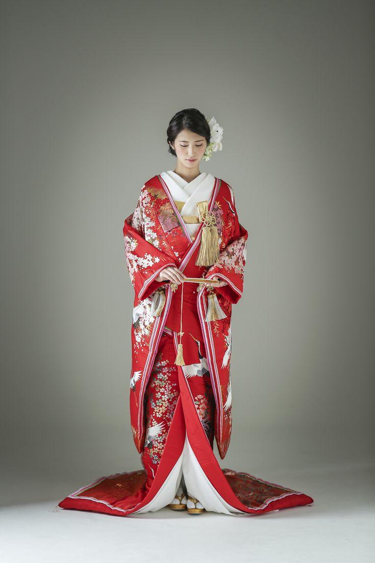 ぱきっとした赤色に桜と鶴があしらわれた、花嫁衣装として最もスタンダードな柄行きの着物でありながら、合わせ部分に十二単風のあしらいが施されており、こだわりを感じられるポイントとなっています。どの年代にも人気の柄行きのため、レンタル予約はお早めに。 古典柄/大人っぽい/ゴージャス 鶴/桜文/光琳波をあしらった色打掛 桜鶴八重 赤 白無垢・色打掛をはじめとした結婚式の花嫁衣装を、格安でレンタルできる結婚式着物レンタル専門店【THE KIMONO SHOP−ザ・キモノショップ】古典的な着物や引振袖・紋付袴など婚礼衣装を幅広く取り揃えております【新宿・東京・大阪・福岡】