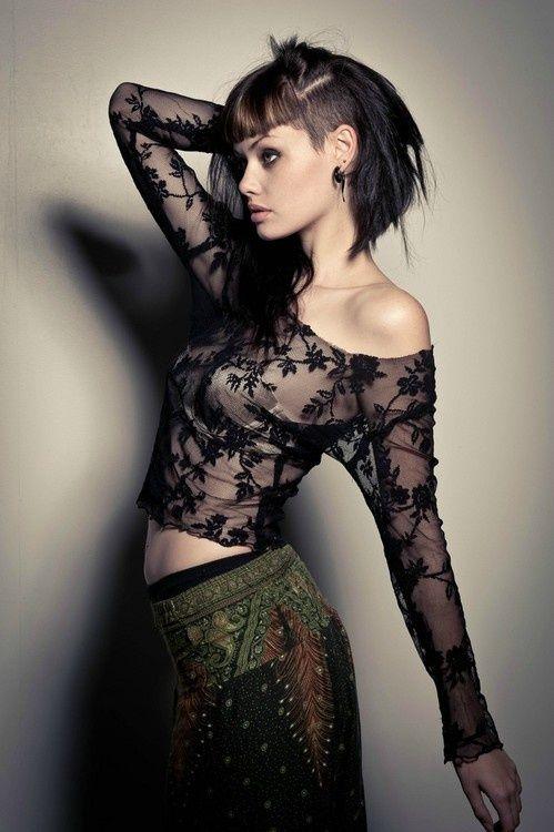 Une coiffure excentrique sur des cheveux noirs. Pour laisser voir le sidecut, les cheveux de la jeune femme ont été relevés et attachés sur le dessus de la tête.
