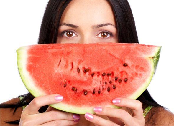 Tüm kırmızı besinler: Kadınların domates, kan portakalı ve karpuz gibi likopen zengini gıdaları haftada 3-5 kez tüketmeleri tavsiye edilir. Güçlü bir antioksidan olan likopenin kadınlarda meme kanseri riskini azaltır.