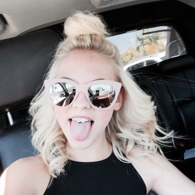 oh my god just kill me already. i like her and all but she gotta stop that miley cyrus tounge and loose the bun