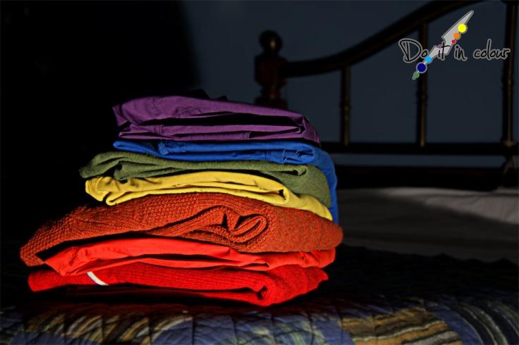 Perchè vivere una vita in bianco e nero quando ci sono i colori?  Non dimentichiamoci dei colori anche nel vestire: elegante, sportivo o casual che sia il vostro look, aggiungete quel pizzico di originalità che vi possa contraddistinguere e far emergere dal gruppo. Vestire colorato è anche esprimersi colorato, è voler essere qualcosa di più di una semplice  presenza nella vita degli altri.