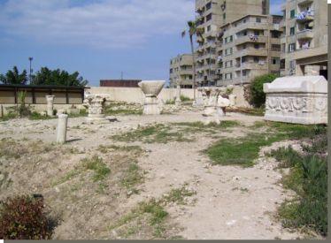 Het grafcomplex van Anfoesji.Op een landtong bij de westelijke haven van Alexandrië zijn vlak bij het paleis Ras at-Tin graven ontdekt die dateren uit de 3de en 2de eeuw voor Christus. De vijf graven zijn uitgehakt in de kalkstenen rotsen die ooit het eiland Pharos vormden. De twee grootste graven werden ontdekt in 1901 en de overige drie in 1921. Alle graven vertonen zowel Griekse als Egyptische kenmerken. Lees het volledige artikel op Kemet.nl