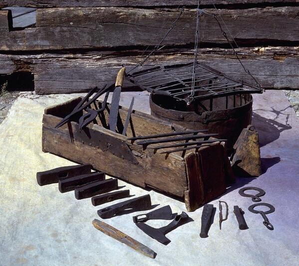 Mästermyrkisten og indhold. Fundet på Gotland. Helt tidlig middelalder eller slutningen af vikingetid. Dateringen diskuteres lidt.