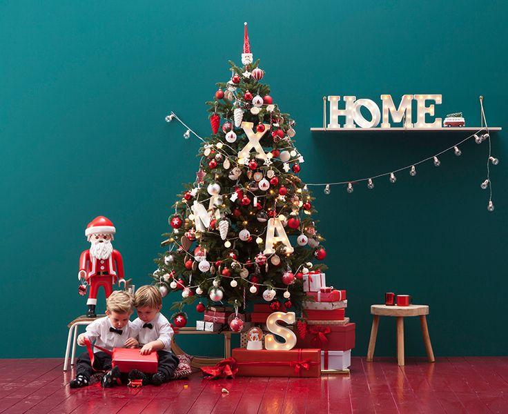 Creëer het ultieme kerstgevoel met traditionele kerstkleuren als rood, groen en zilver. Geef er een modern tintje aan door te combineren met stoere letterverlichting of bijvoorbeeld kerstballen in gekke vormen. #interieur #kerst #xmas #kerstdecoratie #decoratie #deco #diy