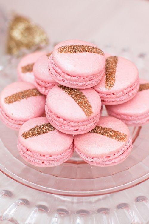 Mariage gourmand | macaron rose | paillettes dorées