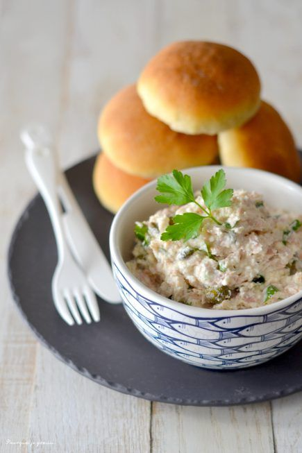 Une préparation à base de brousse pour votre prochain apéritif ! De la brousse, du thon, des câpres et du persil frais ! Allons-y pour un super dip !