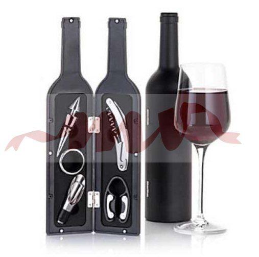 Un set de bar in forma de sticla de vin este un cadou deosebit, potrivit pentru orice ocazie. Setul de bar cu cinci accesorii cuprinde: tirbuson multifunctional; taietor de capison; inel pentru servire; capac turnare tip picurator; dop metal cu manson  cauciuc http://www.nonstop-magazin.ro/cadouri/cadouri-barbati-idei-lux/set-bar-sticla-5accesorii