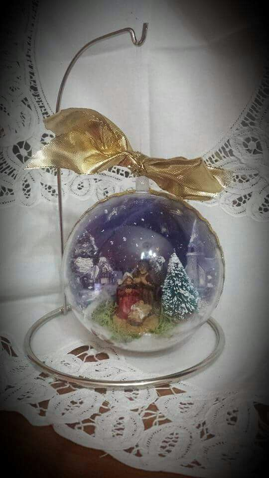 Sfera natalizia con presepe in miniatura