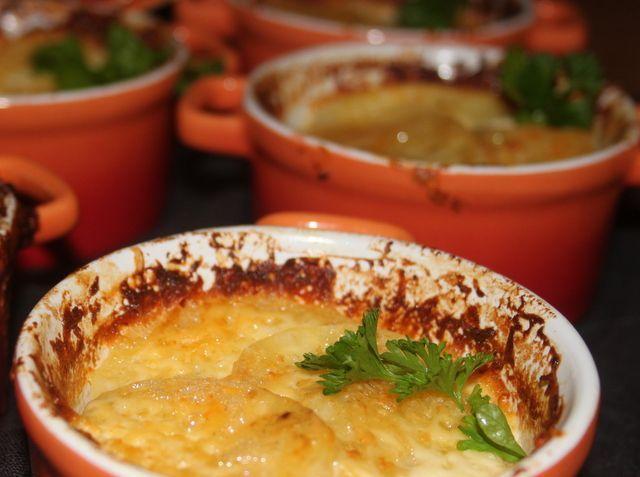 Wereldberoemd is de gratin Dauphinois geworden. Dat gaat onze gratin niet halen. Deze aardappel kaas gratin is echter een smaakvol gerechtje en heel simpel.