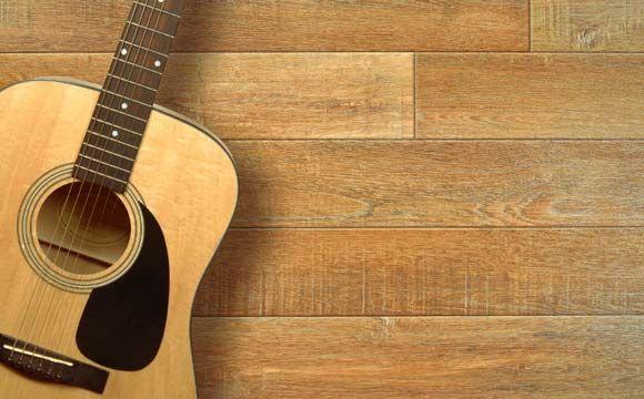 Placas de borracha em cima do piso de madeira facilitam na limpeza