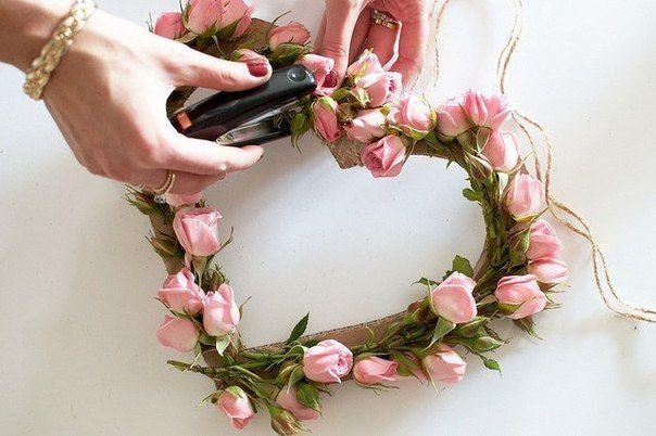 Srdiečko z kvetov a kartónu.. Vyskúšajte túto jednoduchú jarnú dekoráciu