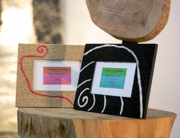 Cornici porta-foto decorate con sabbia. Creazioni di artigianato artistico prodotte da Fantasie di sabbia. Varie dimensioni e colori. Uniche ed originali. Possibilità di personalizzazioni su commissione.