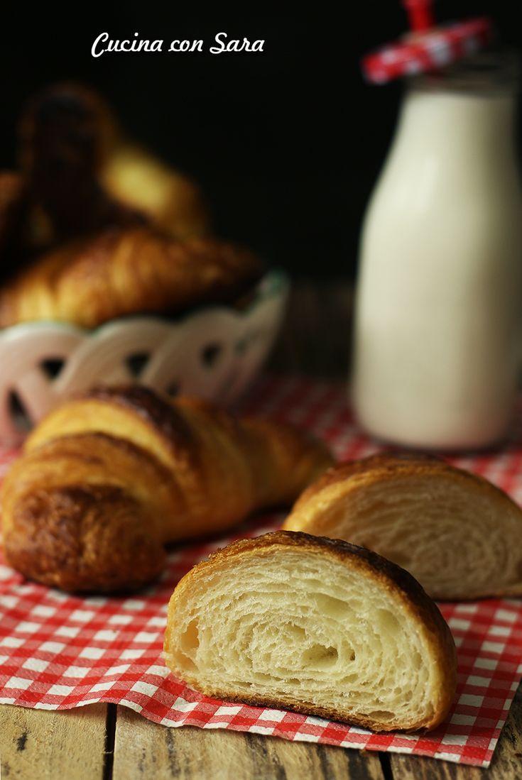 CROISSANT SFOGLIATI SENZA UOVA, buoni come quelli di pasticceria! Ricetta qui: http://blog.giallozafferano.it/cucinaconsara/croissant-sfogliati-ricetta/