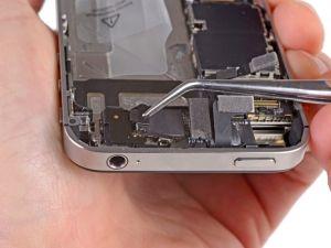 STAP 3. Til de kleine aarding clip omhoog van het logic board en verwijder hem van de iPhone.