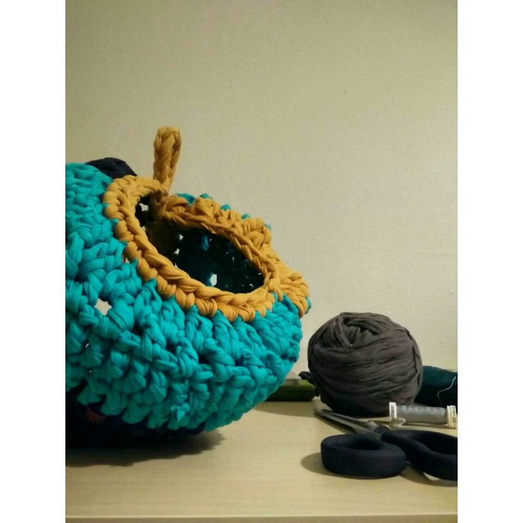 Handmade bowl from old t-shirts #recycling #recycledmaterial #oldtshirts #crochet #handmadeshop #waitingyourorders