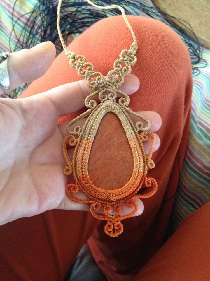 Macrame tegendraads. Collar macramé con piedra en naranjas y marrón.