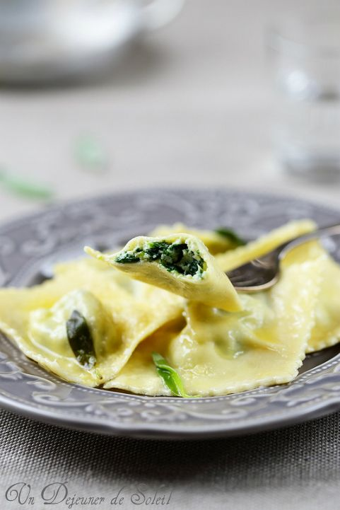 Ravioli ricotta e spinaci con burro e salvia (Spinach and Ricotta Ravioli with butter and sage) || Un dejeuner de soleil