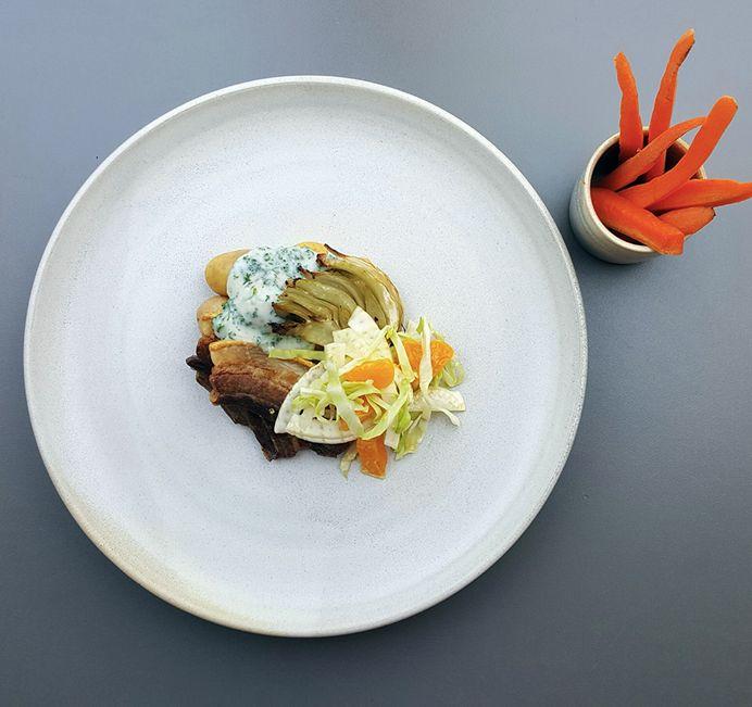 Stegt flæsk med persillesovs, kartofler og sommerhvidkål