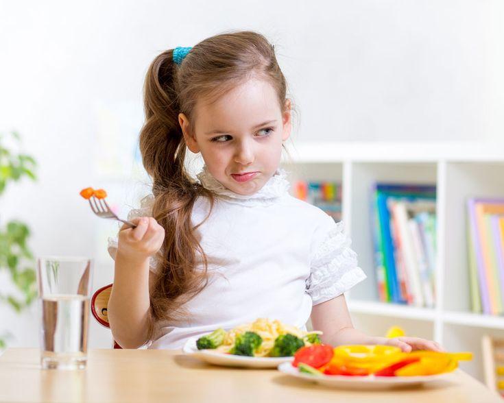 """""""במקום שהורים ידברו עם הילדים שלהם על דיאטה, הם צריכים לעשות רק דבר אחד - לגרום להם לאכול יותר ירקות"""" (צילום: shutterstock)"""