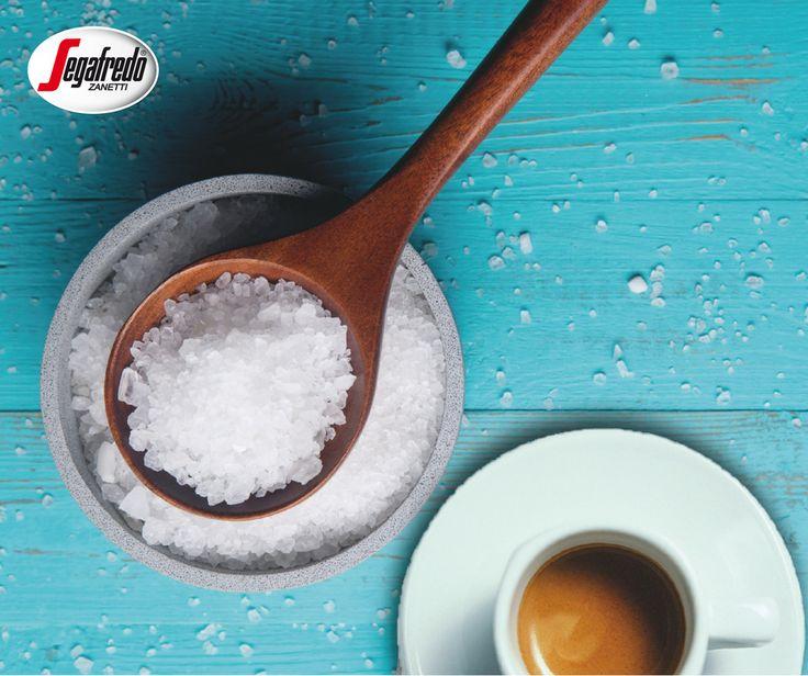 Czy wiecie, że aby polepszyć smak kawy możecie dodać zamiast cukru sól? Jej szczypta powoduje zniwelowanie goryczy kofeiny i wydobycie jej intensywniejszego aromatu.  Naszym zdaniem jest to połączenie warte spróbowania! #segafredo #coffee #kawa #coffeetime #salt #przepis #kawainaczej