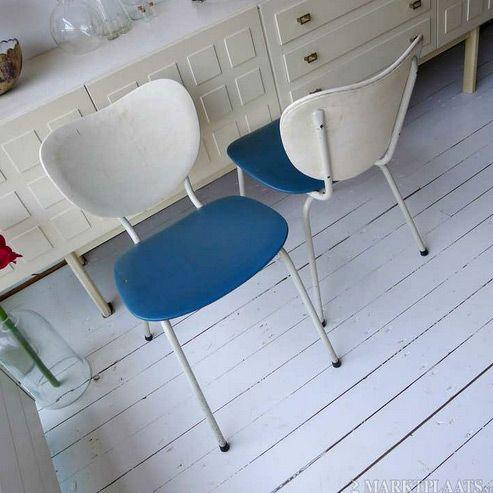 Twee vintage stoelen, blauw met wit skai, metalen frame