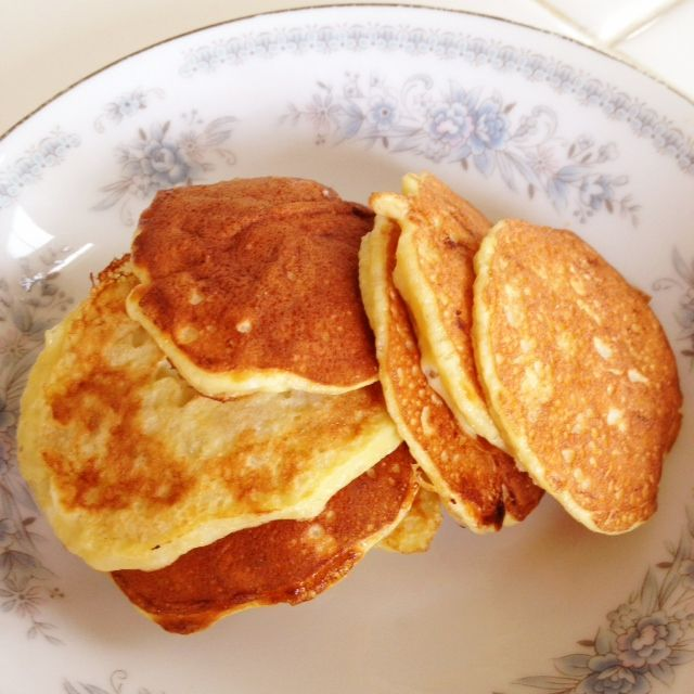 1 ripe banana + 2 eggs = pancakes! Whole batch = about 250 cals.