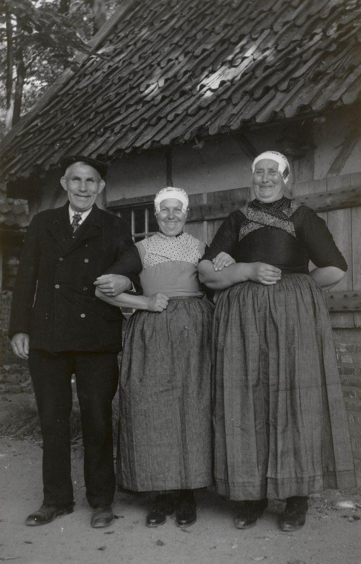 Man en twee vrouwen in Veluwse streekdracht uit Doornspijk, op bezoek in het…