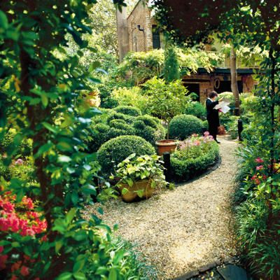 Put on your walking shoes savannah 39 s secret gardens for Landscaping rocks savannah ga