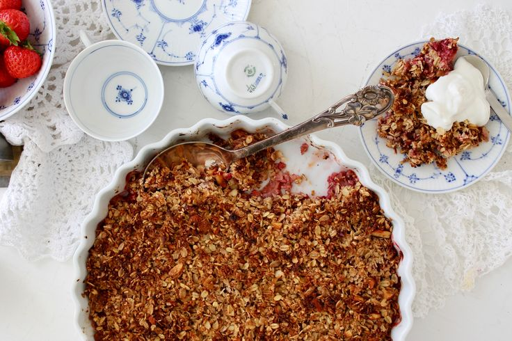 Sund jordbær-rabarbercrumble // Healthy strawberry-rhubarb crumble