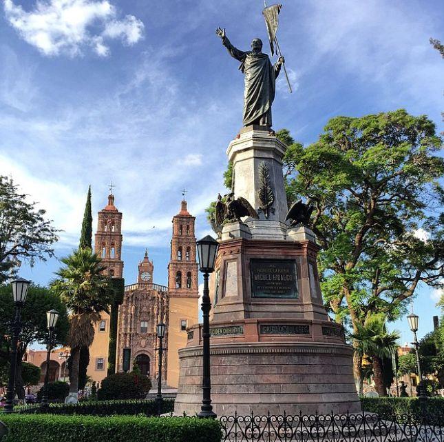 Dolores Hidalgo lleva el denominativo de Cuna de la Independencia de México con mucho orgullo. La Parroquia de Nuestra Señora de los Dolores fue el lugar en el que Miguel Hidalgo hizo sonar las campanas para llamar a los pobladores a unirse a la lucha insurgente hace más de doscientos años. Instagram: enrikeborja