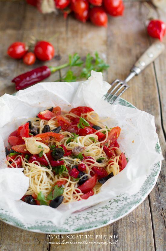 Spaghetti al cartoccio con pomodorini acciughe e olive, con pomodorino del Piennolo del Vesuvio DOP,il nome piennolo deriva dalla tecnica di conservazione