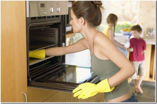 1. В горячей воде разведите немного хозяйственного мыла или моющего средства для посуды, налейте его в противень и поставьте в духовку. Таким же раствором протрите и стенки в духовом шкафу. Далее плотно закройте дверку и выставьте температуру на  100-120 градусов. Дверца во время этого процесса должна быть закрытой. Преждевременное открытие может все испортить. …