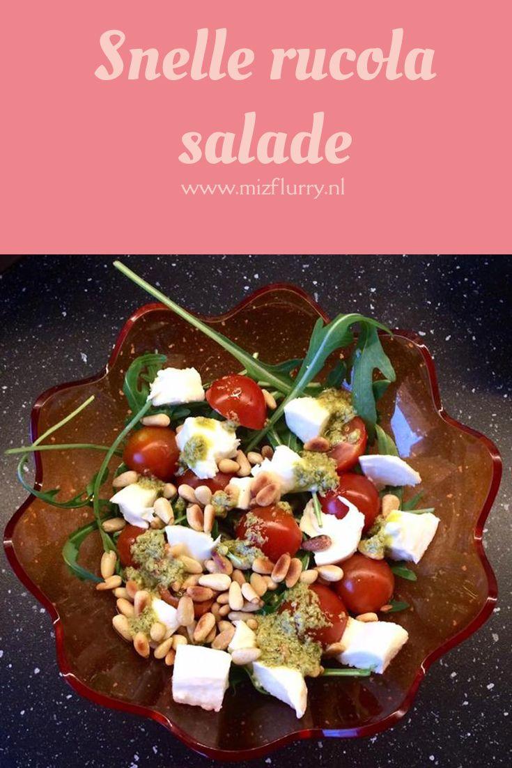 Deze salade maak ik bijna iedere week. Lekker bij pasta of pizza. Rooster wat pijnboompitten en snijd een paar tomaatjes en mozarella in stukjes. Meng met de rucola in een kom en strooi de pijnboompitten eroverheen. Maak een snelle dressing van groene pesto en olijfolie en voeg deze vlak voor het serveren toe. #kortetip #rucola #salade #snel #lekker #gezond
