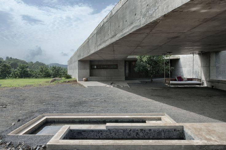 Construído pelo SPASM Design Architects na Khopoli, India na data 2013. Imagens do Sebastian Zachariah. Uma segunda casa em um afloramento rochoso no início do Planalto Ocidental, Khopoli, em Maharashtra, na Índia. O terr...