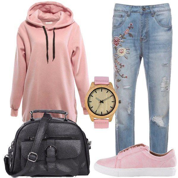 Outfit versatile, composto da felpa rosa con stampa sul retro e cappuccio abbinato ad un jeans blu con ricami a vita alta e ad una sneakers rosa in finta pelle, borsa a tracolla nera in finta pelle. A completare il look orologio rosa e marrone con quadrante rotondo.