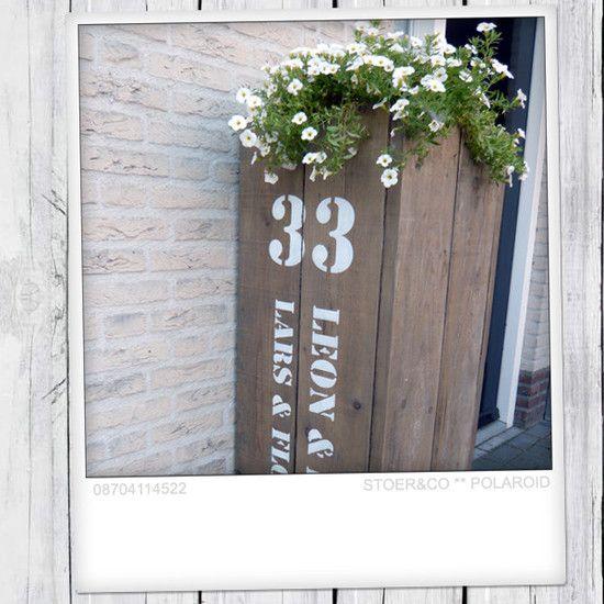 Plantenbak van gebruikt steigerhout voor bij de voordeur!