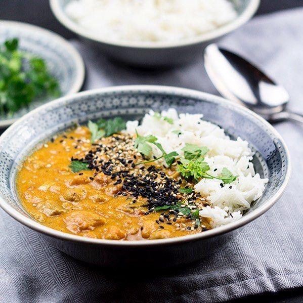 """Essen ist fertig! Wenn's mal schnell gehen muss, ist dieses Curry perfekt, denn es köchelt die meiste Zeit alleine vor sich hin und kann am nächsten Tag in der """"Zweitverwertung"""" als Suppe gegessen werden. Rezept auf meinem Blog, Link in bio #Curry #kichererbsen #süsskartoffel #vegetarisch #vegan #veganfood #veganfoodlovers #vegansofig #veganlifestyle #vegansofinstagram #healthyfood #schnelleküche #foodblog #foodblogger #foodiegram"""