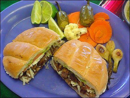 Street Food, Cuisine du Monde: Recette de sandwich à la dinde, épices, légumes frais, un repas nomade complet, sain, équilibré aux saveurs d' Amérique du Sud - pane de pavo -torta de pavo