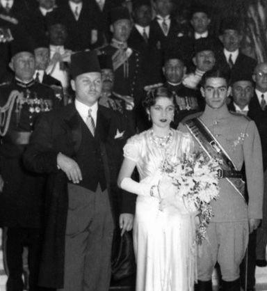 File: Fawzia + Reza.jpg. Foto van de huwelijksceremonie van Mohammad Reza Pahlavi (toenmalige kroonprins van Iran) en Prinses Fawzia Egypte op Abdeen paleis in Caïro. Van links naar rechts: de koning Farouk van Egypte (de bruid de broer van), Prinses Fawzia (de bruid) en de kroonprins van Iran (de bruidegom). Datum16 maart 1939