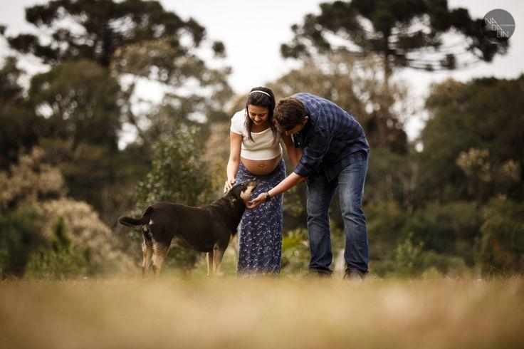Foto de grávida e casal ao ar livre com cachorro