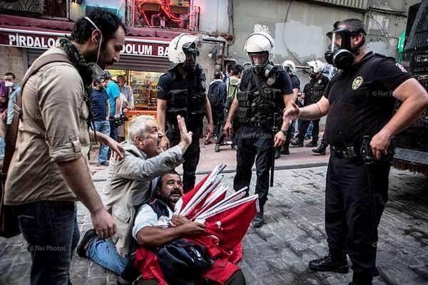 Türk bayrağı satarak ırkçılık yapan dayı. Burası başka Ülke ya!