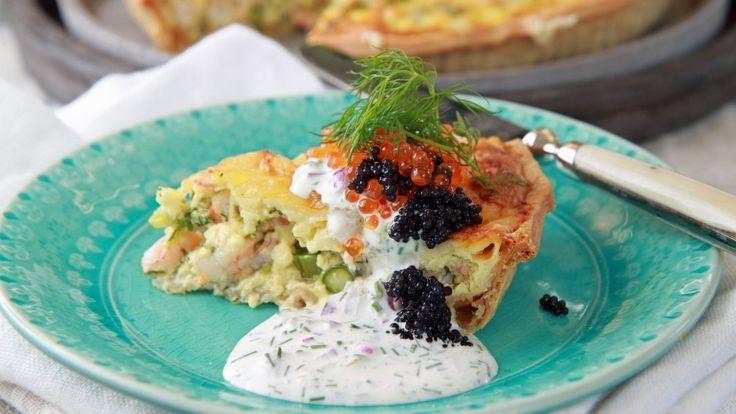 Grønne asparges og vårløk får følge med i Lise Finckenhagens oppskrift på pai med skalldyr. Her er den servert med en enkel dressing av crème fraîche, rødløk og dill.