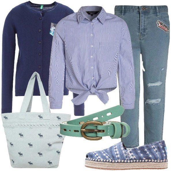 Jeans modello slim fit, abbinati ad una camicia a righe con nodo in cotone e cardigan con bottoni. Espadrillas basse in tessuto, con punta tonda borsa con stampa a e cintura con fibbia.