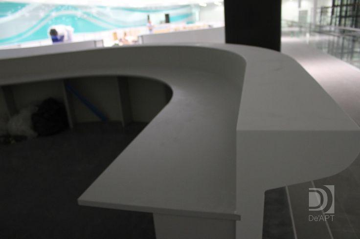 Искусственный камень один из наиболее удачных материалов для стойки ресепшн. Дизайн и интерьер офиса. The Desk stand, a Desk and other office items made of artificial stone. Office design and its elements.