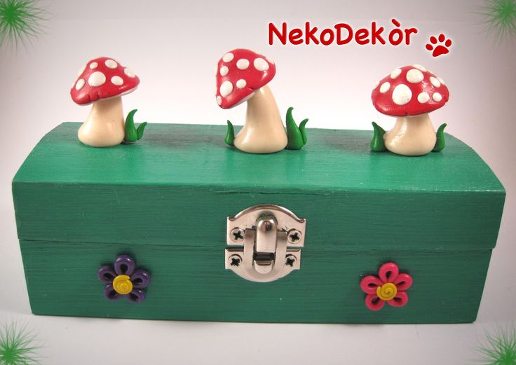 Size: Width 12,3 cm / Height 8 cm  Wooden box with fimo handmade Amanita Muscaria mushrooms and flowers.
