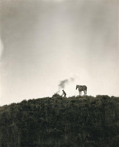 aborigen nativo americano envía señales de humo desde una colina de Montana en 1909.