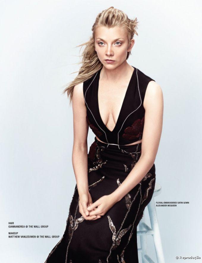 A atriz Natalie Dormer posou para a capa e editorial da revista VVV Magazine com os cabelos soltos e com ondas desconstruídas